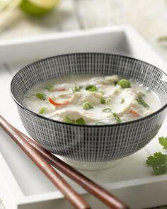Tom kha gai is een milde Thaise kippensoep met kokosmelk, gember, limoenblaadjes en citroengras. Lekker fris en heerlijk afsmakend.