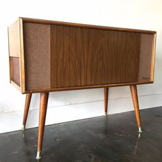 Mid Century Magnavox Stereo HiFi Turntable by RetroTherapyRehab Record Player Cabinet, Stereo Cabinet, Media Cabinet, Audio Vintage, Vintage Records, Mid Century Style, Mid Century Design, Vintage Stereo Console, Hifi Turntable