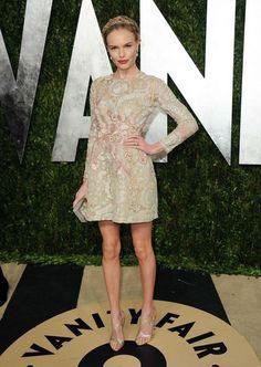Kate Bosworth, muy favorecida con un vestido corto de Giambattista Valli y zapatos de Casadei. La actriz recogió su pelo en una trenza-diadema doble y maquilló sus labios en fucsia