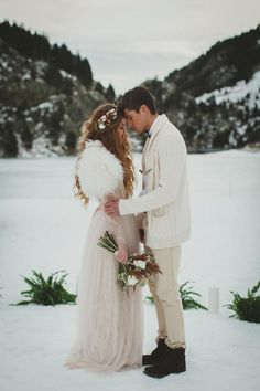 outdoor winter ceremony wedding winter Wintry Boho Wedding Ideas From Spain Winter Wedding Ceremonies, Winter Wedding Fur, Outdoor Winter Wedding, Winter Wedding Outfits, Winter Bride, Vintage Winter Weddings, Wedding Photographie, A Todo Confetti, Country Wedding Gowns