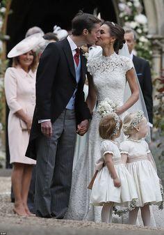 Le couple heureux partage un baiser tendre à l'extérieur des moments de l'église après avoir dit le