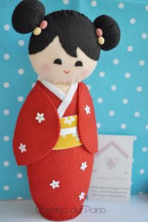 "Casinha de Pano: Kokeshi, móbiles e bichinhos, this last word ""bichinhos"", como se wtf? Felt Fabric, Fabric Dolls, Paper Dolls, Felt Diy, Felt Crafts, Josie Loves, Kokeshi Dolls, Matryoshka Doll, Asian Doll"