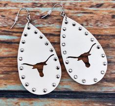 Jewelry Making Earrings Texas Steer Tear Drop Earrings - Leather earrings with a steer cut out and a stud border. Diy Leather Earrings, Diy Earrings, Teardrop Earrings, Leather Jewelry, Leather Craft, Gold Earrings, Feather Earrings, Gemstone Necklace, Statement Earrings