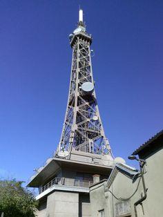 La tour métallique, inspirée du troisième étage de la Tour Eiffel, demeure le point le plus élevé de Lyon culminant à 372 m. d'altitude et situé tout près de la Basilique Notre-Dame-de-Fourvière. Construite de 1892 à 1894, la municipalité a soutenu sa construction représentant un monument républicain et s'opposant à la basilique Notre-Dame-de-Fourvière. En 1914, à l'époque de l'Exposition universelle à Lyon se trouvait un restaurant et un ascenseur hydraulique pouvant emmener 22 personnes au…