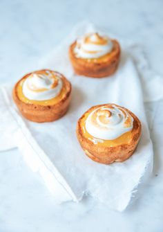 Het recept voor heerlijke citroen-meringue taartjes met amandelcreme.