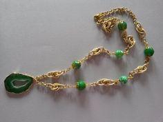 Collana con agata verde e ciondolo a fetta di geode in agata verde, montata con catena e componenti in metallo color oro. Realizzazione artigianale.