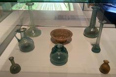 Enschede - Museum Twentse Welle. Glaswerk uit de Romeinse Tijd in Brabant, 1e/3e eeuw. Fibulae/parfumflesjes van glas of aardewerk, met de doden meegegeven voor een nieuw leven. Foto: G.J. Koppenaal, 31/10/2015.
