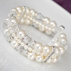 Bridal bracelet in pearls and crystals
