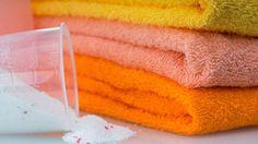 El tiempo deteriora todas las prendas de ropa, pero especialmente las toallas, sometidas a continuos cambios de temperatura y humedades. Por ello, cuando pasa una temporada, notamos cierta aspereza que crece con los meses si no ponemos remedio para hacer las toallas más suaves. ¿Por qué es complicado poner las toallas más suaves? El agua …