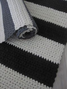 Thelma`s: Virkatut matot Easy, chunky yarn crochet rugs. 5 Ideas for Knitting With Lace Weight Yarns Crochet Kids Scarf, Crochet Yarn, Easy Crochet, Crochet Carpet, Crochet Home, Braided Rag Rugs, Painting Carpet, Knit Basket, Fabric Rug
