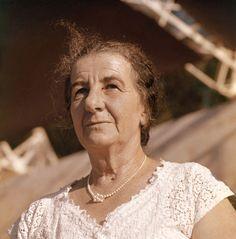 Golda Meir ---  Ex-Primeiro-ministro de Israel Golda Meir foi uma fundadora e Primeira-ministra de Israel do Estado de Israel. Emigrou para a Terra de Israel no ano de 1921, onde militou no sindicato Histadrut e no partido trabalhista Mapai. Wikipédia. Nascimento: 3 de maio de 1898, Kiev, Ucrânia. Falecimento: 8 de dezembro de 1978, Jerusalém, Israel.