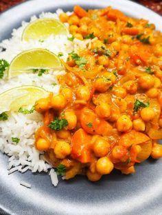 REZEPT: Cremiges Kichererbsen-Kokos-Curry. Schmeckt tatsächlich auch ohne Fleisch, ist schnell zubereitet und einfach ein wärmendes Soul Food. Wow: Vegan!