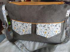 Besace Zip-Zip suédine grise et coton fleuri cousue par Danielle - Patron Besace double zip Sacôtin