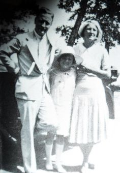 Scott, Scottie, and Zelda Fitzgerald in Annecy, France July 1931 Scott And Zelda Fitzgerald, Fitzgerald Quotes, Paris 1920s, Vintage Paris, Sherwood Anderson, The Fitz, Annecy France, Blue Garden, Photography