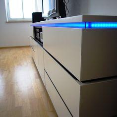 #HiFi Möbel weiß und schwarz lackiert mit LED Beleuchtung durch blaues #Acrylglas