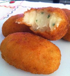 Croquetas de brandada de bacalao | Cocinar en casa es facilisimo.com Cuban Recipes, Fish Recipes, Seafood Recipes, Easy Cooking, Cooking Recipes, Gula, Spanish Dishes, Food Decoration, Latin Food
