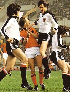 Holland 5 Austria 1 in 1978 in Cordoba. Holland's Rob Rensenbrink is marked by 3 defenders in Round Group A at the World Cup Finals. Football Kits, Sport Football, Soccer, Austria, Fifa, English Football League, World Cup Final, Yesterday And Today, Celebrities