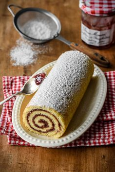This Raspberry Jam Swiss Roll includes a soft and spongy Génoise cake, covered with sticky sweet raspberry jam and rolled into a pretty swirl. Cake Roll Recipes, Jam Recipes, Dessert Recipes, French Recipes, Baking Recipes, Jam Roll, Jelly Roll Cake, Swiss Roll Cakes, Dessert