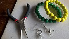 Käsikorut. Puuhelmiä ja kuminauha.  Korvikset. Kolme eri avainta.