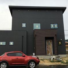 4LDKで、家族の、玄関/入り口/三協アルミ玄関ドア/ニチハ/ケイミュー/片流れ屋根/男前についてのインテリア実例。 「玄関ドアも見えるよう...」 (2016-08-28 22:21:35に共有されました) Minimalist House Design, Minimalist Home, Facade, Exterior, Architecture, Outdoor Decor, Modern, Room, Home Decor