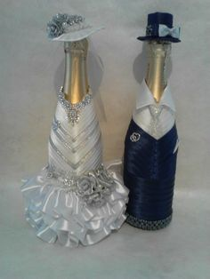 wedding bottle decoration,decorative bottles,bride and groom wine bottle covers,pimped bottles wedding,wedding decoration Bridal Wine Glasses, Wedding Glasses, Wine Bottle Art, Wine Bottle Crafts, Bottles And Jars, Glass Bottles, Wedding Crafts, Wedding Decorations, Wedding Bottles