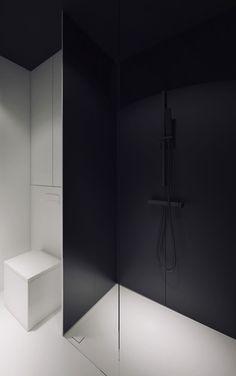 stark contrasts. Bathroom by Oporski Architektura.