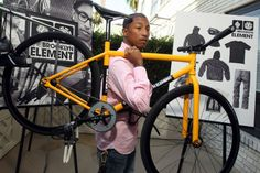 Pharrell - Pharrell showed off the shoulder carrying technique favored by bike messengers and cyclocross competitors everywhere, while debuting his new line of bike-inspired fashion at a Brooklyn party. Bike Messenger, Bike Photo, Fixed Gear Bike, Pharrell Williams, Bike Life, Street Wear, Celebrities, Celebs, Cycling