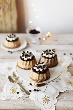 Panna cotta al caffè e cioccolato bianco - Deliziosa Virtù Desserts To Make, Low Carb Desserts, Antipasto, Tiramisu, Ice Cream Factory, Cake Recipes, Dessert Recipes, Panna Cotta, Beautiful Desserts
