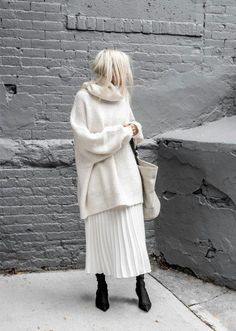 A visual guide to the 47 most elegant minimalist fashion outfits that . - A visual guide to the 47 most elegant minimalist fashion outfits we& ever seen … - Winter Mode Outfits, Winter Fashion Outfits, Look Fashion, Fashion Models, Fashion 2017, Skirt Fashion, Trendy Fashion, Pleated Skirt Outfit, Skirt Outfits