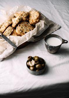 Biscuits aux olives vertes, babeurre, cheddar & herbes