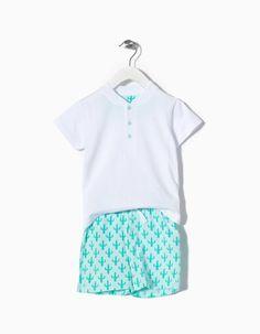 Pijama com t-shirt e botões à frente junto à gola. Calças estampadas com cintura elástica. Com acabamento extra suave.