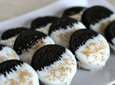 Easy and Fast New Year's Eve Party treats: Gold Glitter Dipped Peanut Butter Oreos Gold glitter dipped peanut butter Oreos are a simple, impressive dessert. Chocolate cookies dipped in white chocolate and edible gold glitter. Recipe here! 21 Party, Party Dips, Party Treats, Xmas Party, 50th Birthday Party, Birthday Cookies, Cake Birthday, Birthday Celebration, Tex Mex