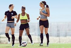 Training With the U.S. Women's National Soccer Team Ali Krieger, Crystal Dunn, Sydney Leroux. (Self magazine) Sydney Leroux, Soccer Pro, Soccer Drills, Morgan Soccer, Soccer Tips, Nike Soccer, Soccer Cleats, College Soccer, Top Soccer
