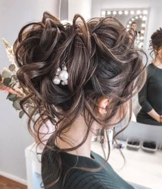 44 Messy updo hairstyles - The most romantic updo to get an elegant look - - When it comes to hair dos whether it is for a night out or special occasion especially wedding. An updo is an easy way. Updos For Medium Length Hair, Up Dos For Medium Hair, Medium Hair Styles, Short Hair Styles, Messy Wedding Hair, Bridal Hair Updo, Wedding Hair And Makeup, Wedding Updo, Wedding Gowns