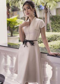 Hoa hậu Đỗ Mỹ Linh khoe thần thái rạng ngời trong thiết kế mới của Công Trí Autumn Fashion 2018 Women, Womens Fashion, Stunning Dresses, Cute Dresses, Myanmar Dress Design, Modest Fashion, Fashion Outfits, Mother Of Bride Outfits, Dress Shapes