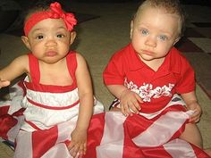 Twins, One White, One Black Born to Biracial Parents Beautiful Children, Beautiful Babies, Biracial Twins, Afro, Dna Facts, Fraternal Twins, Dark Complexion, Vintage Black Glamour, Cute Twins
