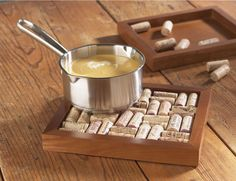 made with wine corks - hot plate that can double as a wall decoration!