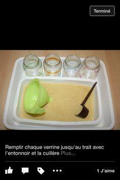 Remplir des verrines à différents niveaux avec de la semoule et un entonoir
