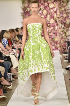 Oscar de la Renta Spring 2015 RTW – One of my favorites from the show and Karlie Kloss is modeling and Anna Wintour is in the background!