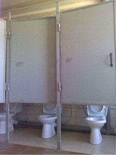 El diseñador que olvidó el motivo por el cual se deben tener puertas en los compartimientos de los baños...