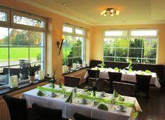 Mit 27 qm und 26 Sitzplätzen eignet sich das lichtdurchflutete Fürstenzimmer hervorragend für kleinere Veranstaltungen. Genießen Sie den außergewöhnlichen  Blick in die Natur - von Feld zu Feld - Unsere Einzigartigkeit für Sie! Plants, Environment, Roses Garden, Nature, Plant, Planets