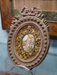 Français : Paperolles (reliquaire) : Christ portant sa croix. Musée Charles de Bruyères, Remiremont
