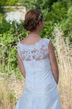 Robe de mariée Nany'n, Créateur de vêtements sur mesure. Avignon. www.nanyn.com dentelle, soie sauvage, bouton, traine en dentelle