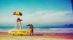 Guarda Vidas - Guarujá SP |  Imagem captada c/ câmera de brinquedo e filme fotográfico.  Holga 120 CFN | Velvia 100 (Vencido 6 meses) | Revelado em C41 (crossprocessed)