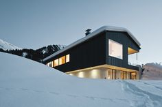 House S, Pfanzelt Architekten Peak Season. Browse inspirational photos of modern homes. From midcentury modern to prefab housing and renovations, these stylish spaces suit every taste. Alpine House, Gable House, Arch Architecture, Best Architects, Mountain Modern, Cute House, Prefab Homes, Modern House Design, Detached House