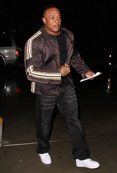 Photo of Dr. Dre Arrives at The Staples Centre to Watch The LA Lakers Play The Milwaukee Bucks - Picture Browse more than pictures of celebrity and movie on AceShowbiz. Hip Hop Artists, Music Artists, Suge Knight, Death Row Records, Big Men Fashion, Milwaukee Bucks, Celebrity Pictures, Old School, Rap