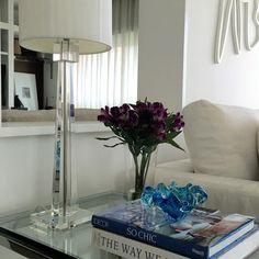 Detalhe de decoração para mesa lateral. Abajur com base de acrílico e bowl em murano. Projeto de decoração e reforma de interiores.