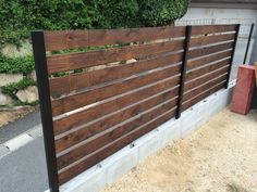 DIY 手作りウッドフェンス Diy Backyard Fence, Diy Privacy Fence, Diy Fence, Wooden Fence, Compound Wall Design, Mid Century Exterior, Horizontal Fence, Gate Design, Diy Wood Projects