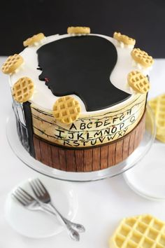 Themed party cake with elements from Stranger Things: Eleven silhouette, alphabet wall, Eggo waffles, and the Upside Down. Eleven Stranger Things, Stranger Things Netflix, Marble Cake Recipes, 500 Calories, Cake Tutorial, No Bake Cake, Amazing Cakes, Cake Decorating, Birthday Cake