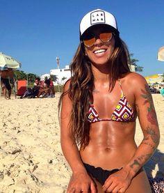 Petra Mattar mostra barriga sarada na praia